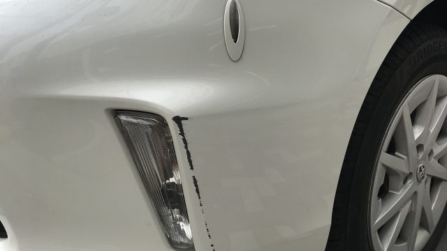 トヨタ プリウスアルファ フロントバンパー修理 [見積書付き]